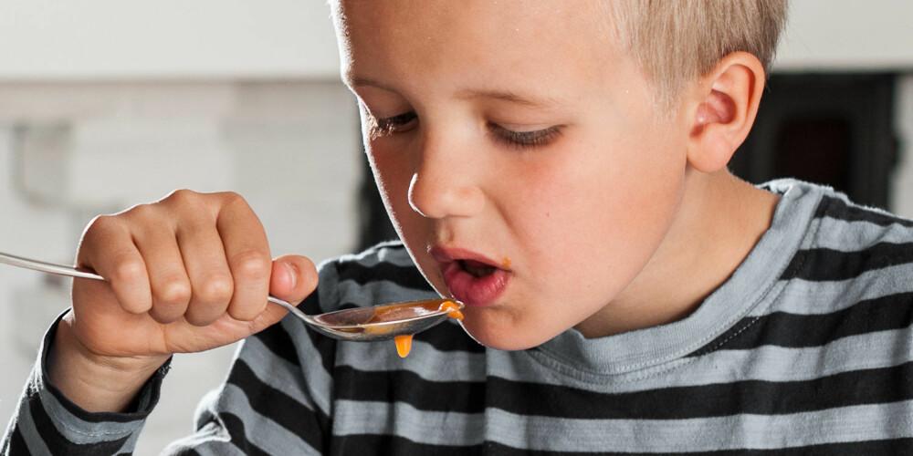 SKJEEN I HÅND: Andreas synes suppe til middag er helt greit.