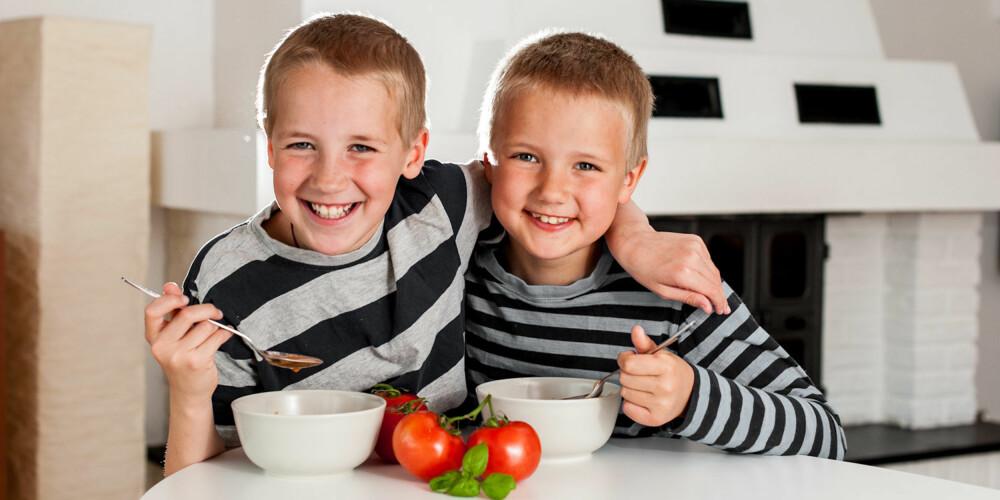 TOMAT-GUTTA: Tomatene lar Henrik og Andreas være i fred, men suppen går ned.