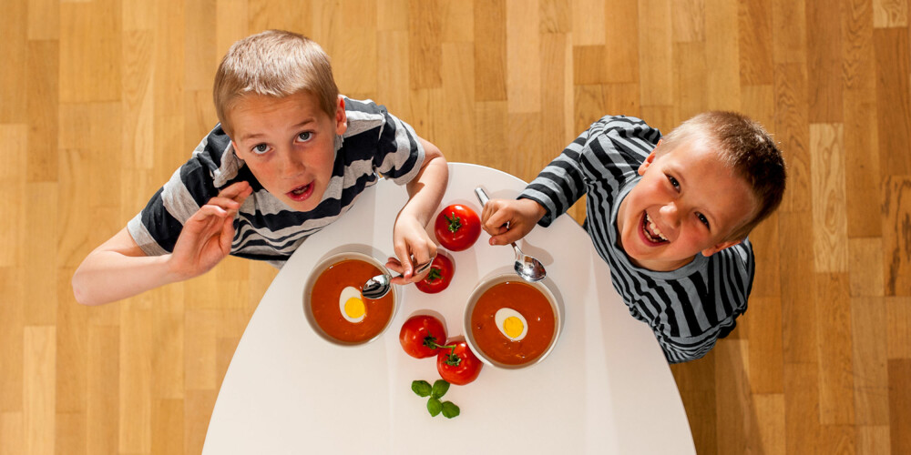 BEST MED EGG: Henrik og Andreas tåler heldigvis å spise egg, da blir tomatsuppen med en gang et bedre og mer næringsrikt måltid.