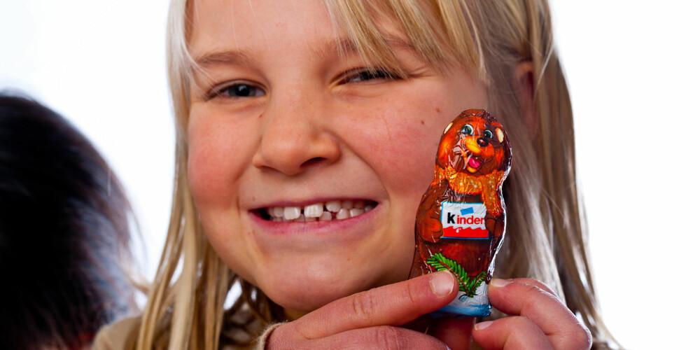 SE HVA JEG FIKK: Alva har sikret seg en av gavene fra Kinder-kalenderen.