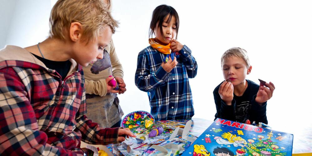 TESTING PÅGÅR: Liam, Alva, Mina og Sebastian smakte seg gjennom totalt sju julekalendere.