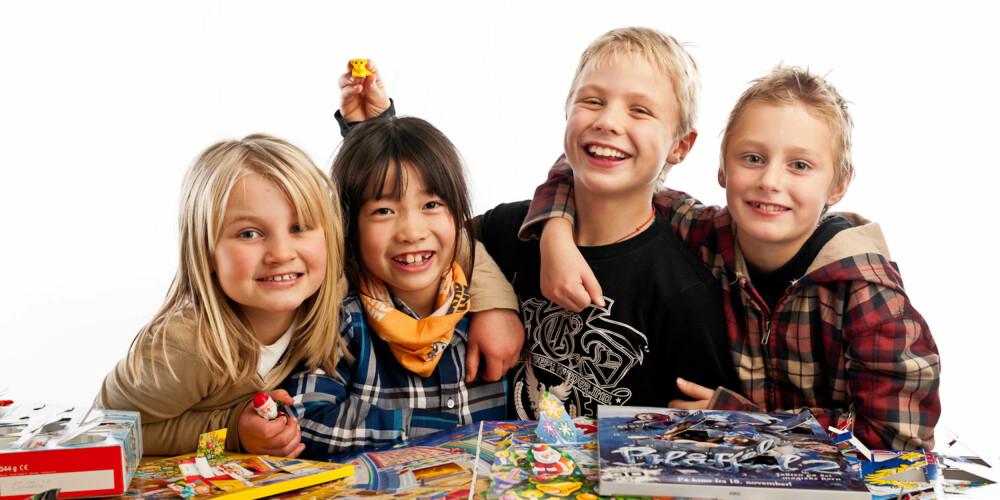 FERDIG TESTA: Alva, Mina, Sebastian og Liam er ferdige med den tøffe jobben med å kåre årets beste julekalendere.