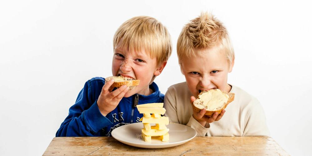 SMØRBUKKENE: Amandus og Tobias tar gjerne en skive med ekstra mye smør!