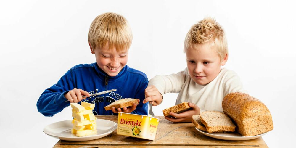 MAMMAS FAVORITT: Både Amandus (til venstre) og mamma liker best Bremykt og Meierismør. Tobias synes også disse smørtypene smaker godt.