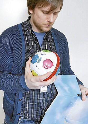 HOLDER MÅL: Denne leken , Bellino Ball, er ikke ment  å være nærmere enn 2,5 cm fra et barns øre, men holder seg likevel innenfor støygrensen målt med 2,5 cm avstand.