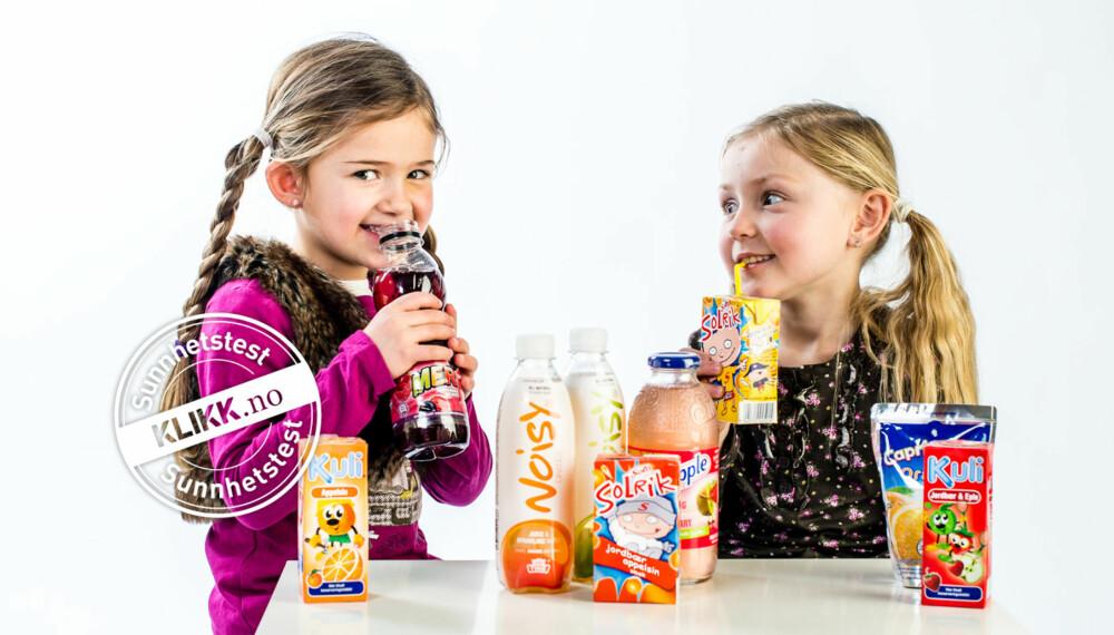 TEST AV LESKEDRIKKER: Isabella (6) og Angelica (5) tar en prøvesmak på noen av produktene som var med i testen. Godt!