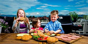 BURGER-PARTY: Johanna (10), Jorunn (5) og Simon Foote (8)  koser seg med hamburgere på grillfest.