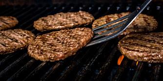 GODT PÅ GRILLEN: Hamburgere på løpende bånd.