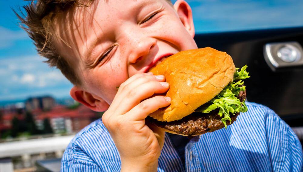 LIVET ER HERLIG:Lite smaker så godt som et nygrillet hamburger, synes Simon Foote (8).