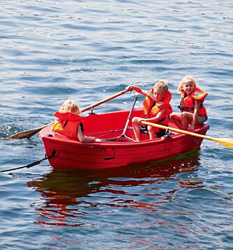 TIL Å STOLE PÅ: Når barna er ute i båt, bør du kunne stole på redningsvesten.