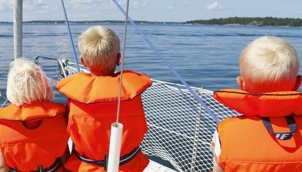 SIKKERHETEN FØRST: Det er mange hensyn å ta når barna er med på sjøen. Riktig vest er det aller viktigste.