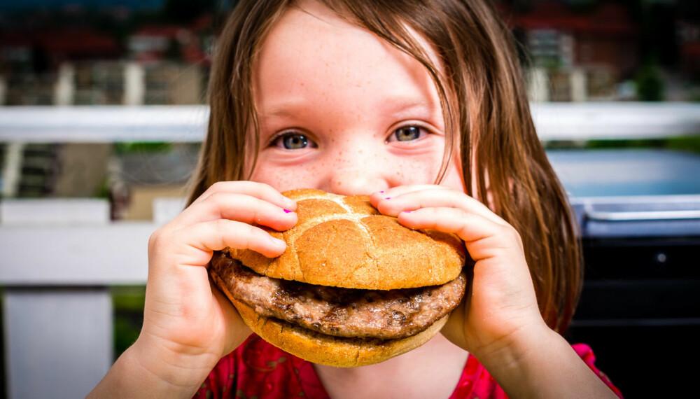 HÅNDMAT: 5-åringen Jorunn har fått håndfast middag i dag.