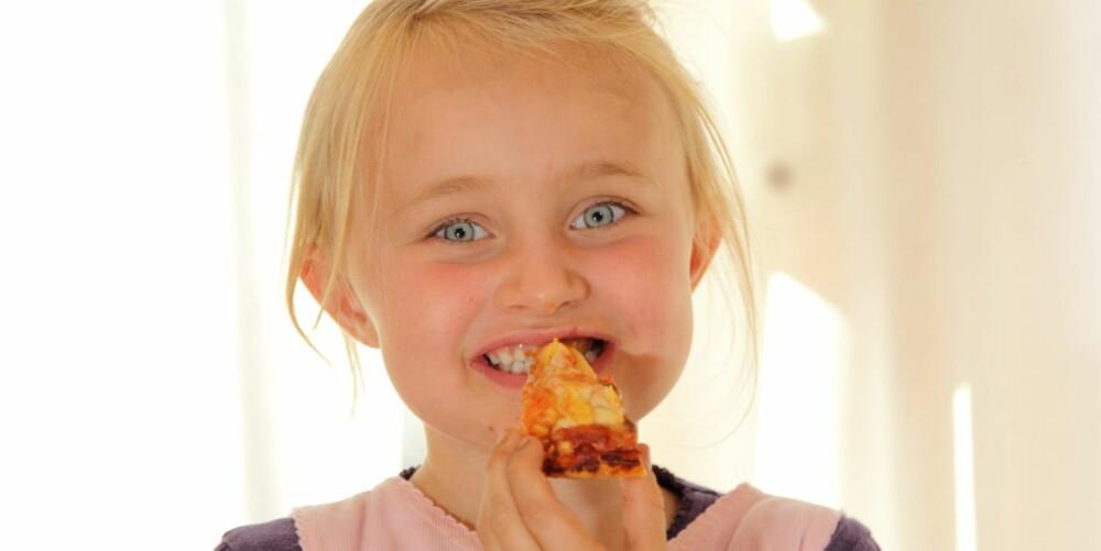 """HJEMMELAGET: Kaja (5) synes Grandiosas """"""""hjemmelagde"""""""" pizza er god, men ikke like god som ordentlig hjemmelaget pizza."""