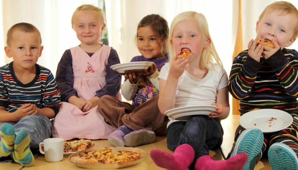 PIZZASMAKERE: Sigurd (5) (f.v.), Kaja (5), Elena (5), Oda (5) og Leonard (5) i Badebakken barnehage synes det er luksus å få pizza til lunsj.