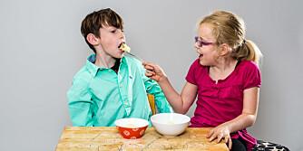 GAP OPP: Lillesøster Sarah synes ikke Kasper er for stor til å bli matet.