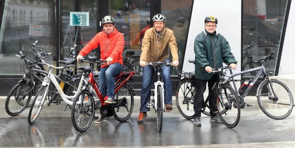 TESTERNE: Tron Høgvold, Øyvind Jakobsen og Geir Svardal bruker alle vanlige sykler både til transport og trim, men er nysgjerrige på elsykkelen som et tidvis alternativ. FOTO: Egil Nordlien HM Foto