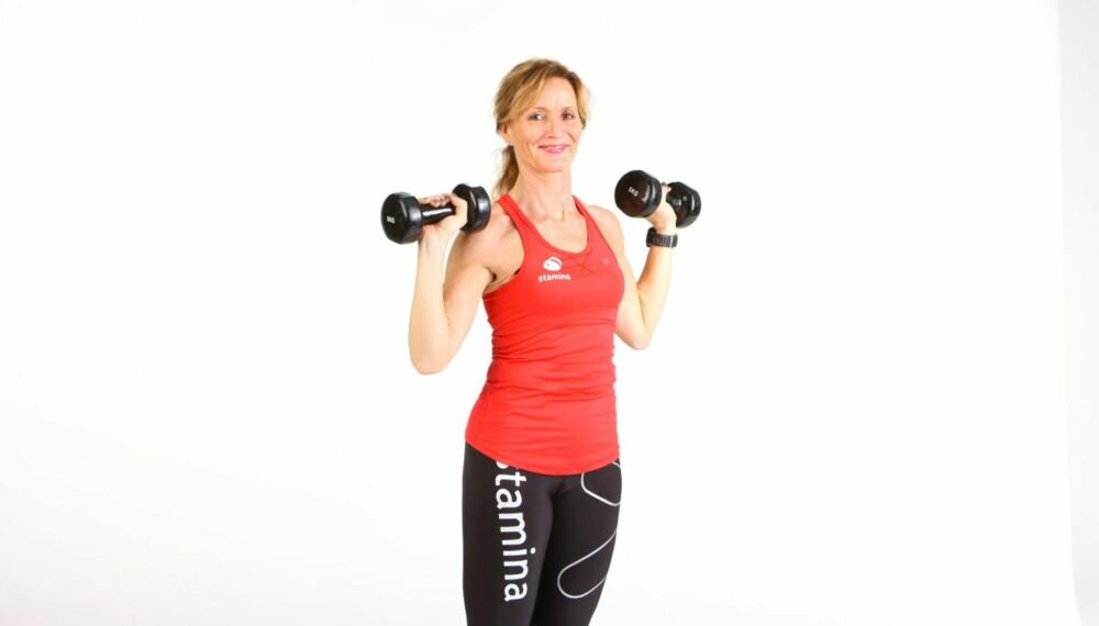 BRYSTØVELSER: Christine Thune viser fem øvelser som styrker brystmuskulaturen og gir god holdning.