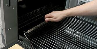 VARMEHYLLE: Hylla over grillristen må være enkel å fjerne når du skal helgrille kjøtt eller fugl.
