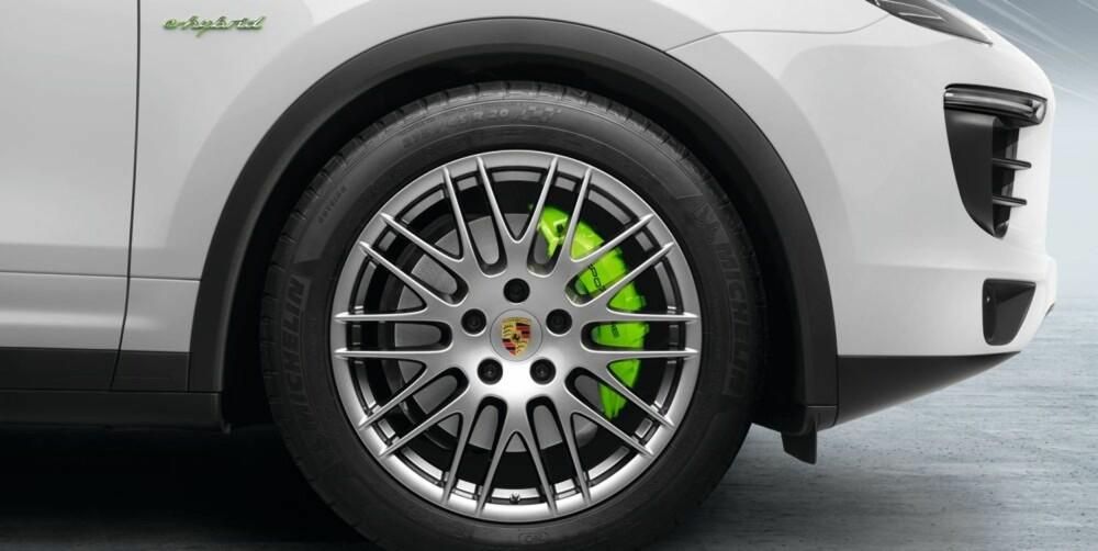 GRØNN: Grønnfargen på bremsekalipperne forteller at denne Cayenne-en har klimaalibiet i orden. FOTO: Porsche