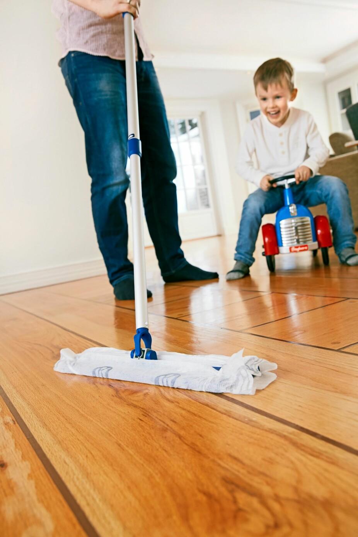 ET PAR DRÅPER: Litt oppvaskmiddel er nok til lakkede gulv.