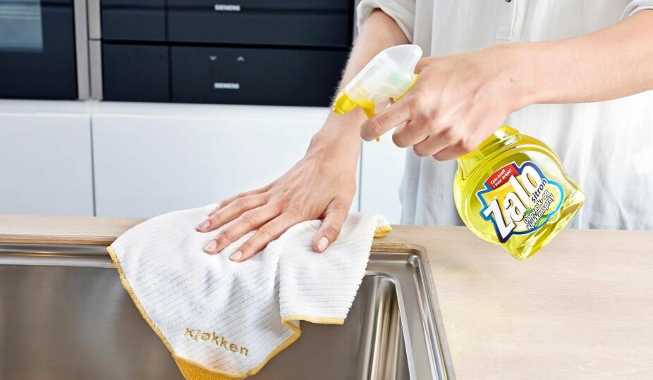 SKÅNSOMT: Zalo er et skånsomt rengjøringsmiddel. Ofte holder det imidlertid med vann og mikrofiberklut.