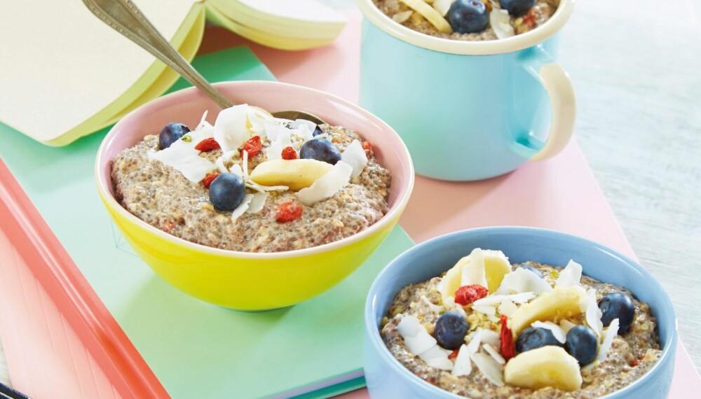 STUDENTGRØT: Med deilig topping som nøtter, bær og frukt får du også i deg andre nyttige næringsstoffer.