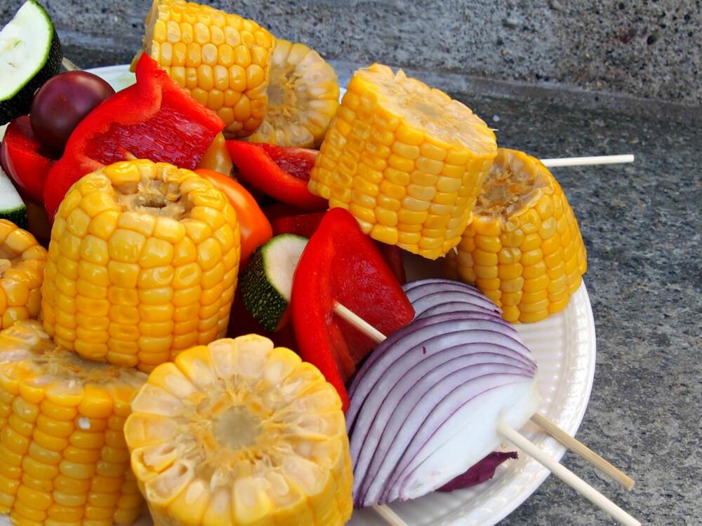 BRUK DET DU HAR: Det meste av frukt og grønt går på grillen. Skjær opp, tre på og nyt.