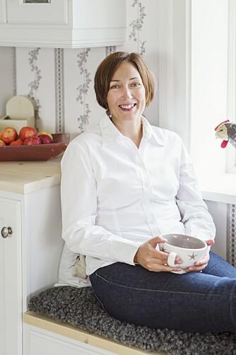 LEKKERT:  Ulrica Momqvist ville selv valgt høyglansede fronter i en sterk farge og mye rustfritt stål til kjøkkenet, men sammen med mannen laget hun en helt annen variant.