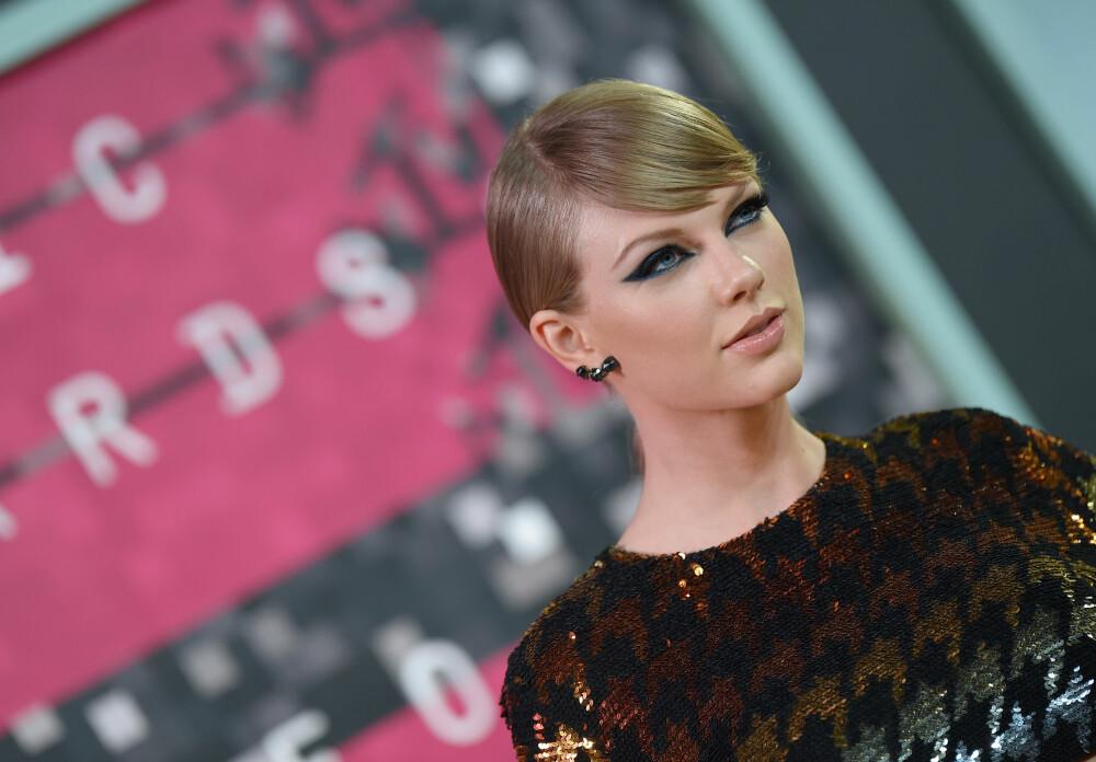 BRONZER-BH: Taylor Swift legger en bronzer, i naturlige og milde toner, i en klassisk tretalls-form med fokus under kinnben og rundt eplekinn for både farge, glød og en push-up effekt.