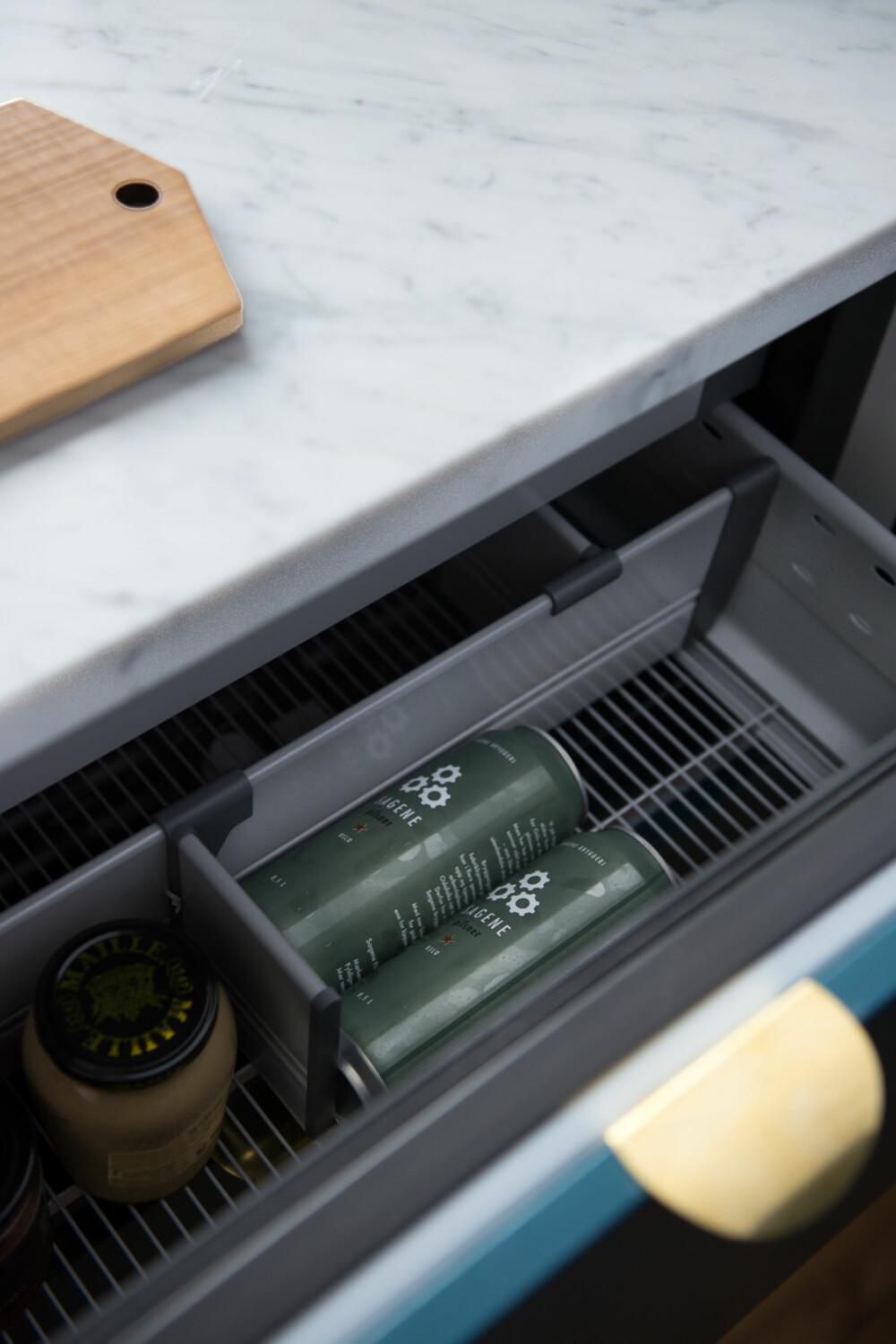 Kjølende skuffer. Kalde skuffer Med kjøleskuffer under kjøkkenbenken (fremfor kjøleskap ved inngangen) ble rommet mindre trangt.