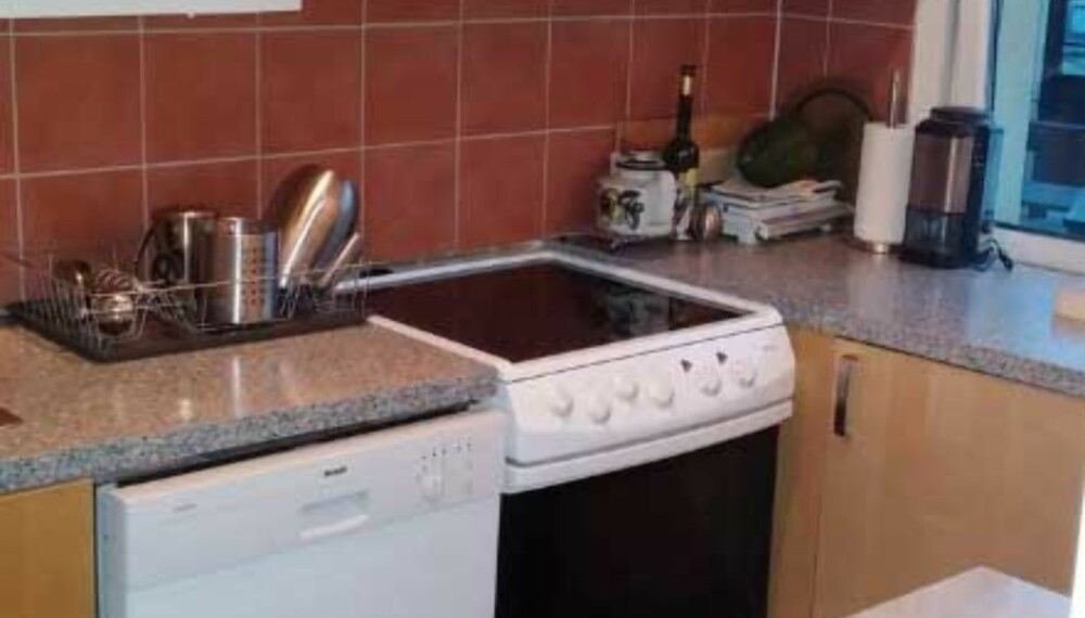Rotete inntrykk. Det samlet seg støv over skap, det virket trangt og belysningen var ikke god nok på det gamle kjøkkenet.