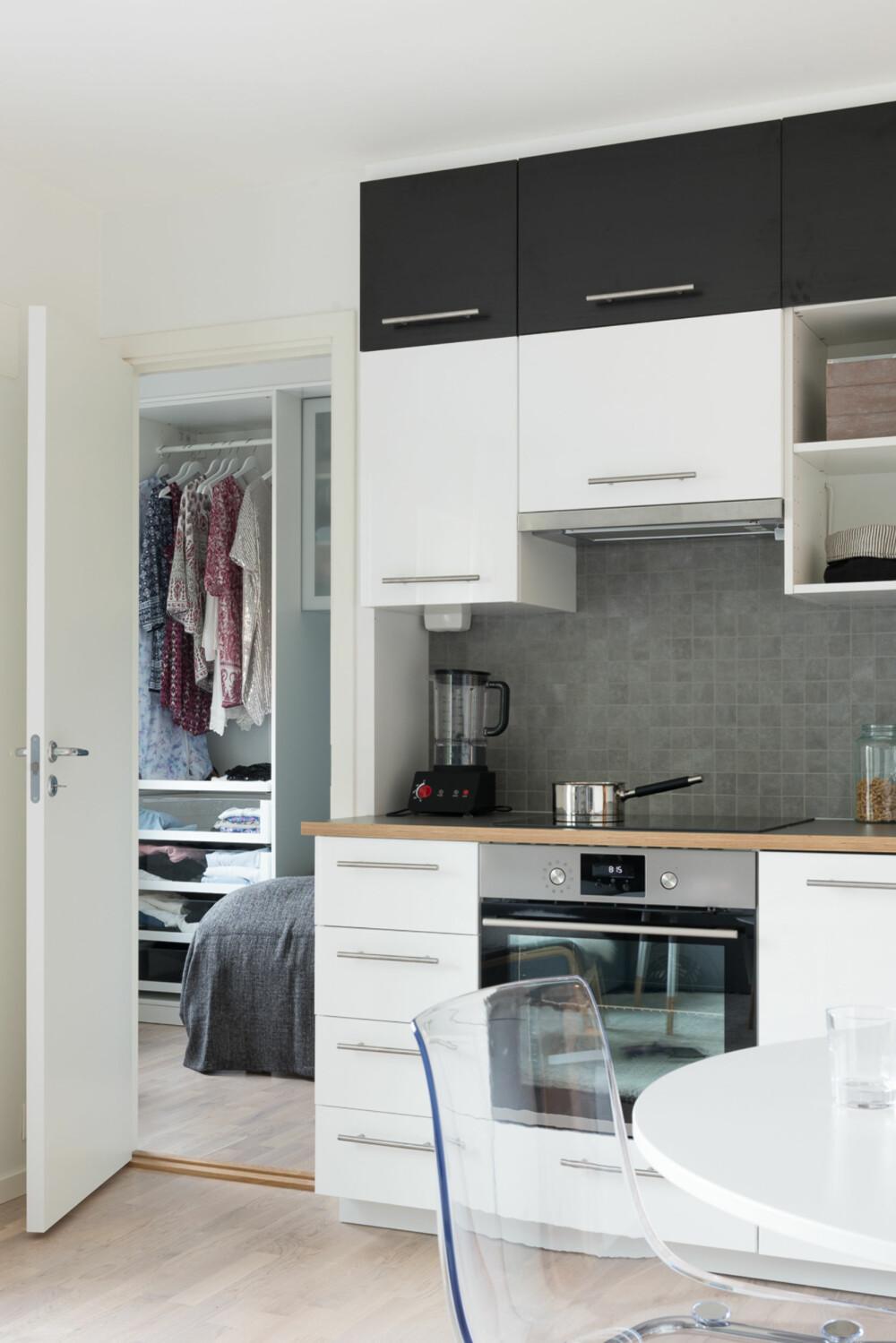 God utnyttelse. Hver centimeter er utnyttet til oppbevaring. Spisebordet er plassert mellom kjøkkenet og passasjen fra entreen. De gjennomsiktige plaststolene fra Ikea er valgt for at allrommet skal oppleves som mest mulig luftig.
