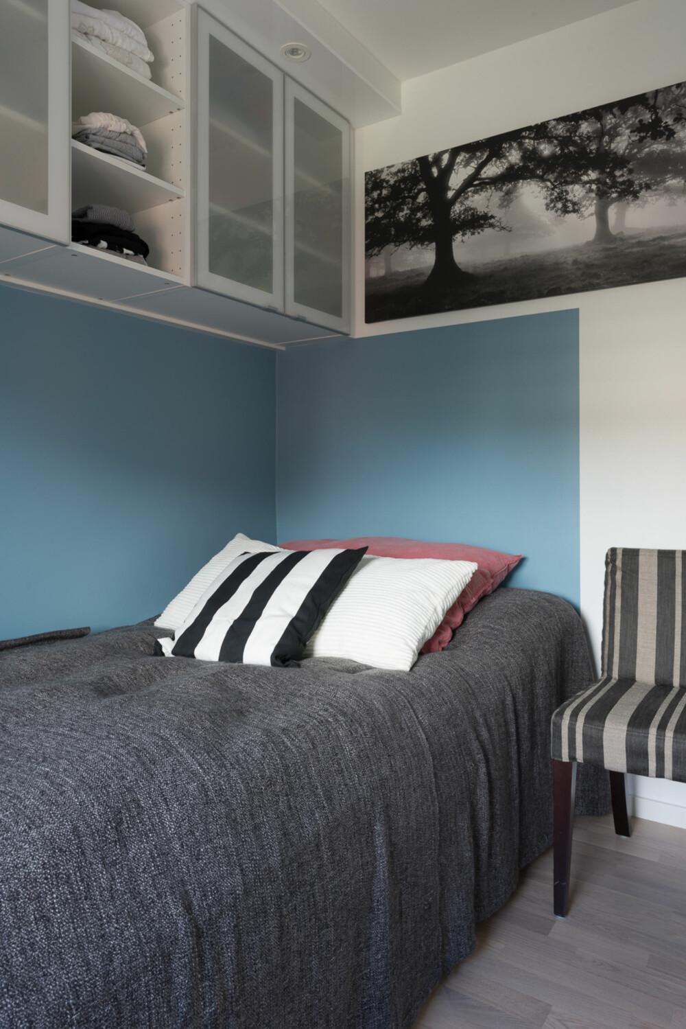 Blå søvn. For å lage sovesonen mer intim, ble nisjen over sengen malt i en kontrastfarge (Lady Havbris, NCS S 3020B). Den blå sonen går 120 centimeter ut fra langveggen og følger sengens mål.