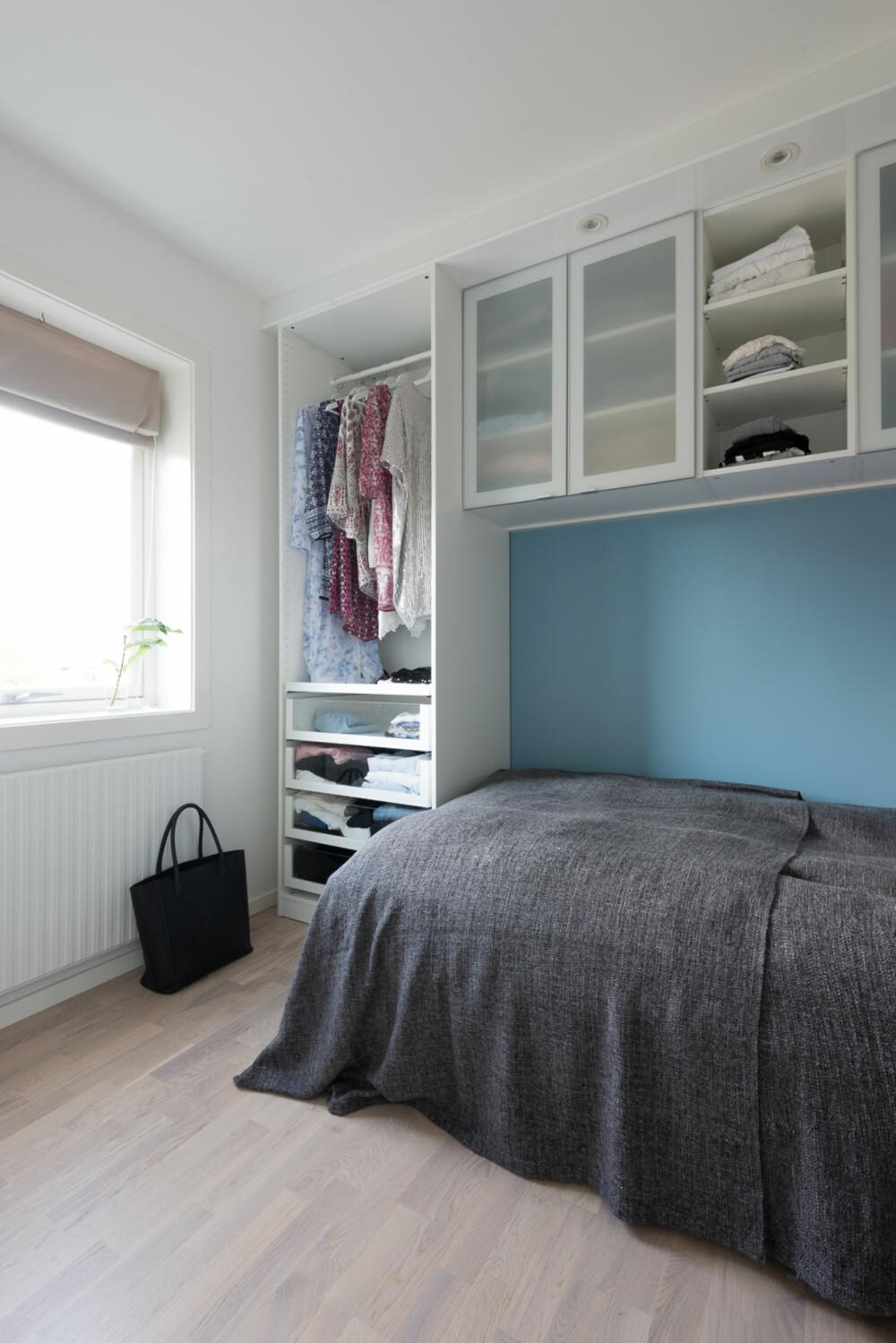 Praktisk. Høyskapet fra Ikea er halvparten av et garderobeskap. Løsningen gir liv og personlighet ti l rommet, men krever en viss ordenssans. Kjøkkenskapene på veggen utnytter volumet og skaper et intimt rom i rommet.
