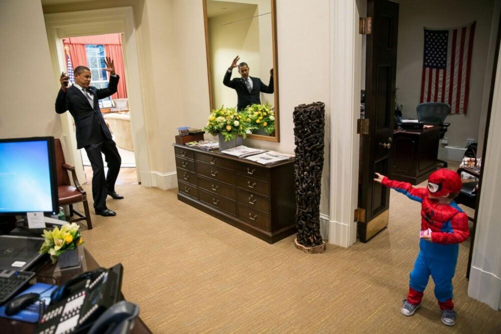 FANGET: President Barack Obama later som om han blir fanget i nettet til Spiderman, som egentlig er sønnen til en ansatt i Det Hvite Hus.