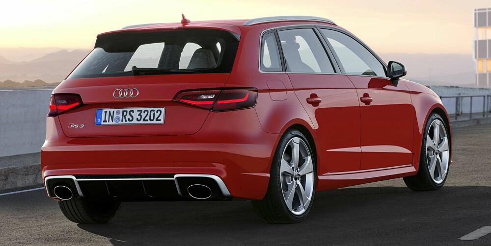 Standaufnahme     Farbe: Catalunyarot    </br><font size=_2_><b>Verbrauchsangaben Audi RS 3 Sportback: </b></br>Kraftstoffverbrauch kombiniert in l/100 km: 8,3 ? 8,1;</br>CO<sub>2</sub>-Emissionen kombiniert in g/km: 194 - 189</font>
