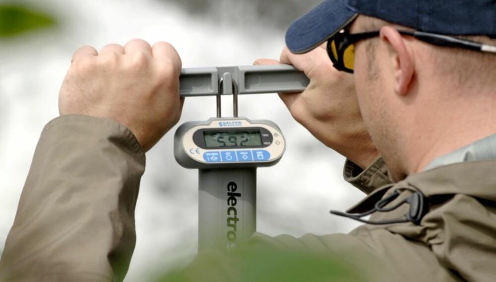 BLANKE FAKTA: Det er lov å juge om vekta på fisken som slapp unna. Har du hatt den på land, er saken en helt annen. Digital fiskevekt Foto: Jon Lenæs
