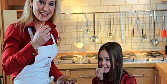 TEST AV PEPPERKAKEDEIG: Annica og Sine Karine smaker på pepperkakedeigen - den skal jo også smake godt.
