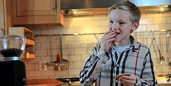 TEST AV PEPPERKAKEDEIG: - En god pepperkake må være hard og sprø, mener Sigmund.