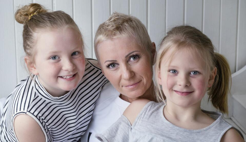 GULL VERDT: Hege har kommet døtrene Linnea (9) og Cornelia (7) nærmere i sykdomsperioden. De er gull verdt for hverandre! FOTO: Siri Rolness.