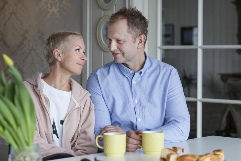 SAMHOLD: Hege fikk et sjokk da hun ble rammet av brystkreft i ung alder. Gjennom den tøffe tiden med kreftbehandling har samboeren Ove-Rune Rolfseng stått som en klippe ved Heges side. Nå gleder de seg til å nyte sommeren sammen. FOTO: Siri Rolness.