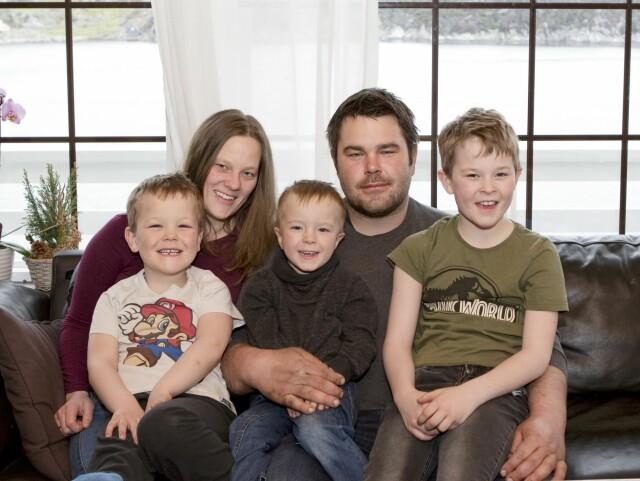 SAMMENSVEISET FAMILIE: Lise (28) og Espen (32) kjenner på en enorm takknemlighet når de ser på de tre guttene sine, Ingvald (5), Willian (4) og Eskil (10). Foto: Natalie Mariell Elholm.