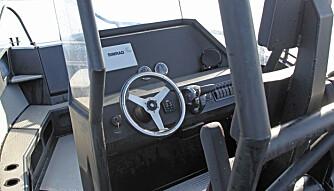 BEDRE SIKT: Produksjonsmodellen har høyere vindskjerm og lavere kontrollpanel. Det gir økt beskyttelse for vær og vind, samt bedre sikt i kjøreretningen. (FOTO: Petter Handeland)