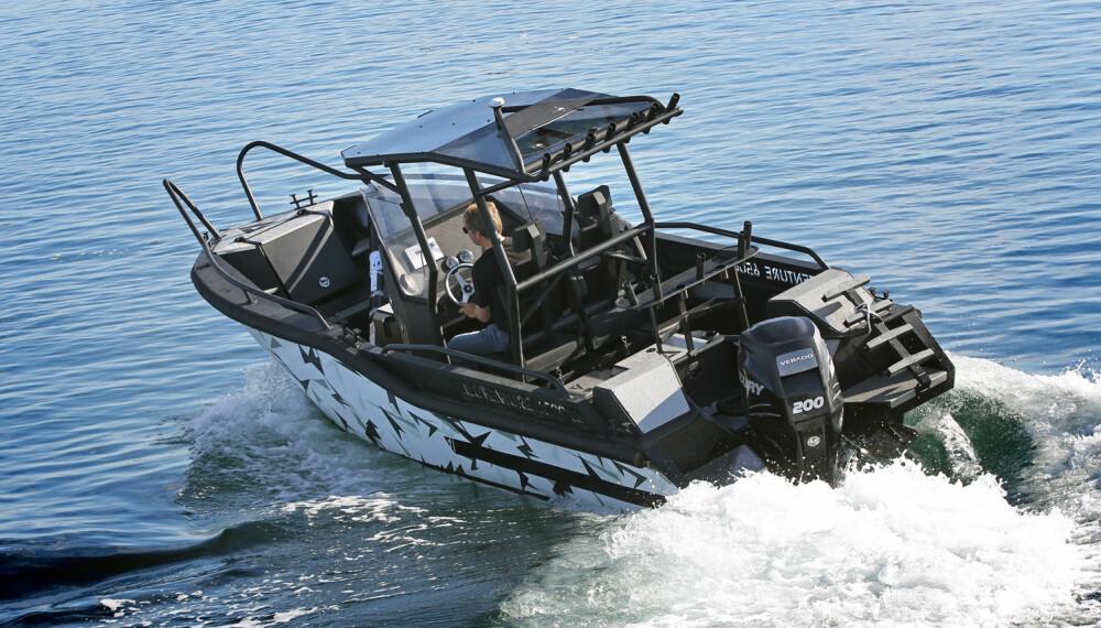RETT ELEMENT: AluVenture 6500 CC tåler en tur ut på det store havet, og den egner seg ypperlig til sportsfiske. Med 200 hestekrefter skal den klare 40 knop. (FOTO: Petter Handeland)