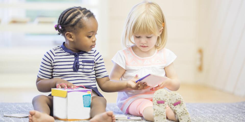 VENNSKAP I BARNEHAGE: Å knytte vennskap i barnehagen gjennom lek er vanlig. Dere som foreldre kan også tilrettelegge på hjemmebane for at vennskapet knyttet i barnehagen blir sterkere. FOTO: Getty Images.