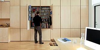 KOMPAKT INNREDNING: Alt kan gjemmes i innebygde skap; bøker, tv, barskap, klær.