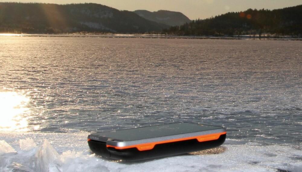 VANNTETT: Telefonene har vært utsatt for kulde og fukt under praktisk bruk i form av regn og svette og vi har hatt dem senket under vann for å se om de er helt tette.