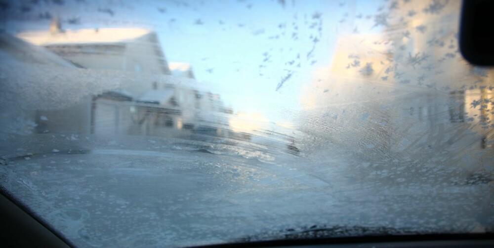 SIKT: Samtlige væsker vi har testet vil i varierende grad legge igjen en isfilm på ruta di før motoren er varm og får varmet opp frontruta, fra rundt fem minusgrader og nedover. FOTO: Terje Haugen
