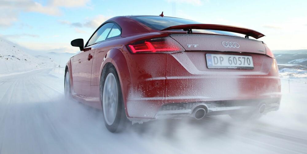 SOM LYNET: Bensinturbomotoren i TT kjenner vi fra biler som Audi S1 og Volkswagen Golf GTI. I TT yter den 230 hestekrefter og 370 Newtonmeter og sender deg fra 0 til 100 km/t på 5,3 sekunder. TT går som lynet.