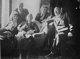 FAMILIE: Gitte til venstre i bildet med sine foreldre (nærmest henne) og svigerforeldre.